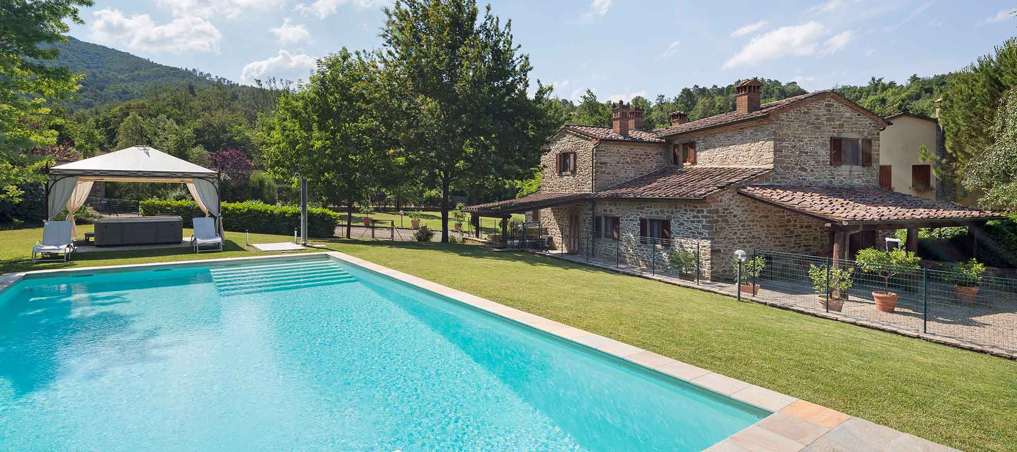 Cosy Tuscan farmhouse with private swimming pool